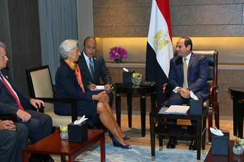 Presidente do Egito Abdel Fattah el-Sisi (à direita) encontra-se com Christine Lagarde, diretora do Fundo Monetário Internacional (FMI), como parte da cúpula de líderes do G20, em Hangzhou, China, 3 de setembro de 2016 [Presidência do Egito/Agência Anadolu]