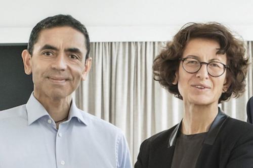 Ozlem Tureci e Ugur Sahin, filhos de imigrantes turcos, fundaram a empresa BionTech, startup alemã de pesquisa em saúde, que desenvolveu a vacina da Pfizer [Christian Odendahl/Twitter]