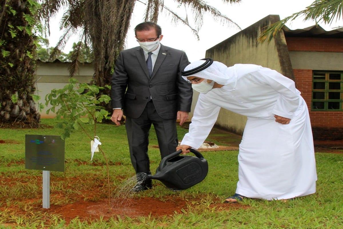 """O Embaixador Alsuwaidi liderou a equipe da Embaixada na visita à Fazenda Sucupira, onde todos plantaram parte das mudas doadas numa área batizada """"Alameda Emirados Árabes Unidos"""". [Twitter]"""