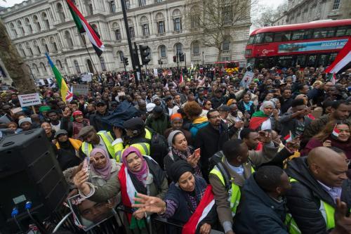 Milhares de manifestantes anglo-sudaneses marcham em direção à sede do governo britânico para reivindicar ações em resposta ao abusos de direitos humanos do regime de Omar al-Bashir, em Londres, 6 de abril de 2019 [Guy Smallman/Getty Images]
