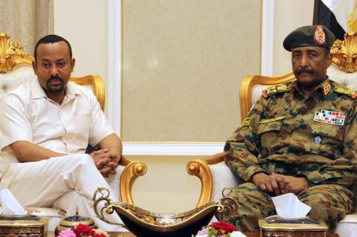 O primeiro-ministro da Etiópia, Abiy Ahmed (esq.) se encontra com o chefe do conselho militar governante do Sudão, General Abdel Fattah al-Burhan (dir.), em Cartum em 7 de junho de 2019. [AFP via Getty Images]