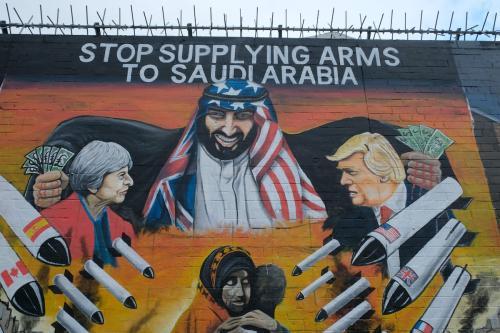 Príncipe MBS da Arábia Saudita retratado em um mural com mãos ensanguentadas cheias de notas de dólares americanos comprando armas e mísseis de Donald Trump e Theresa May, para usar contra o povo iemenita. Em 29 de outubro de 2019 em Belfast, Reino Unido [Kaveh Kazemi / Getty Images]