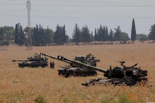 Canhões obuseiros autopropulsados israelenses de 155 mm implantados na Alta Galiléia, no norte Israel na fronteira com o Líbano em 27 de julho de 2020 [Jalaa Marey/ AFP via Getty Images]