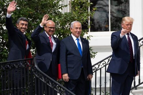 Da esquerda para a direita: Ministro de Relações Exteriores dos Emirados Árabes Unidos Abdullah bin Zayed al-Nahyan; Ministro de Relações Exteriores do Bahrein Abdullatif al-Zayani; Primeiro-Ministro de Israel Benjamin Netanyahu; e Presidente dos Estados Unidos Donald Trump acenam na Casa Branca, após assinatura dos chamados Acordos de Abraão, em Washington DC, 15 de setembro de 2020 [Saul Loeb/AFP/Getty Images]