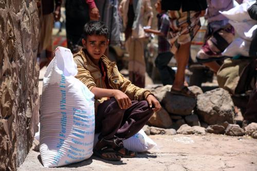 Menino iemenita recebe ajuda humanitária em Taizz, Iêmen, em 10 de outubro de 2020 [Ahmad Al-Basha / AFP / Getty Images]