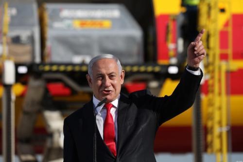 Primeiro-ministro israelense Benjamin Netanyahu Aeroporto Ben Gurion perto de Tel Aviv, em 9 de dezembro de 2020 [Abir Sultan/ AFP via Getty Images]