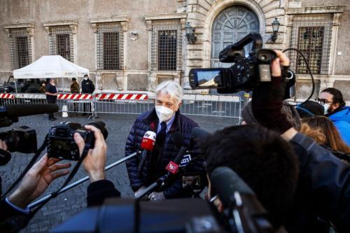 Jornalista e escritor italiano Corrado Augias na frente da Embaixada da França em Roma ao chegar para devolver sua medalha daLégion d'Honneur ao embaixador da França, em protesto à concedida ao presidente egípcio Abdel Fattah al-Sisi em 14 de dezembro de 2020 [Fabio Frustaci/ ANSA/ AFP via Getty Images]