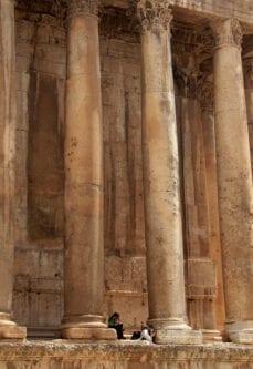 Turistas descansam entre as colunas do Templo de Baco, na acrópole romana em Baalbek, no Vale do Beqaa, Líbano, 23 de julho de 2008 [Hassan Ammar/AFP/Getty Images]