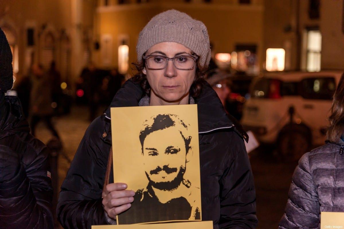 Participante de uma procissão de tochas organizada pela Anistia Internacional para marcar o segundo aniversário da morte de Giulio Regeni, em 25 de janeiro de 2018, em Roma, Itália. [Stefano Montesi/Corbis/Getty Images]