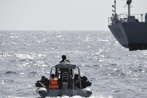 Forças especiais nigerianas navegam para interceptar piratas em 20 de março de 2019 [Plus Utomi Ekpei/ AFP/ Getty Images]