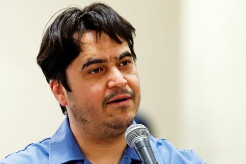 Jornalista dissidente Ruhollah Zam defende-se durante julgamento na Corte Revolucionária do Irã, em Teerã, 2 de junho de 2020 [Ali Shirband/Mizan News/Getty Images]