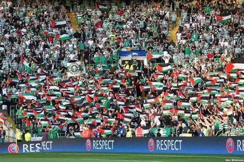 Torcedores da equipe de futebol escocesa Glasgow Celtics exibem bandeiras da Palestina, em jogo contra o clube israelense Hapoel Beer Sheva [Chris Gunness/Twitter]