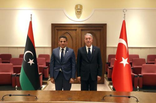 O Ministro da Defesa Nacional da Turquia, Hulusi Akar (dir.) e o Ministro da Defesa da Líbia, Salah Eddine al-Namrush (esq.) posam para uma foto durante sua reunião em Ancara, Turquia, em 01 de setembro de 2020 [Ministério da Defesa Nacional / Agência Anadolu]