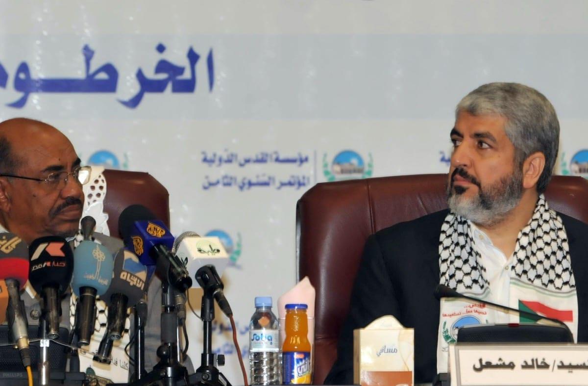 O chefe exilado do Hamas Khaled Meshaal (dir.)ao lado do ex-presidente sudanês Omar al-Beshir durante a abertura da oitava conferência da Fundação Internacional Al-Quds (Jerusalém) na capital sudanesa Cartum em 6 de março de 2011 [Ebrahim Hamid/ AFP via Getty Imagens]