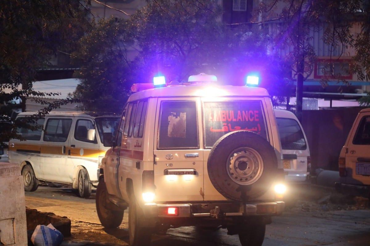 Ambulância chega ao local de um ataque a tiros em Taiz, Iêmen, 30 de novembro de 2020 [Abdulnasser Alseddik/Agência Anadolu]