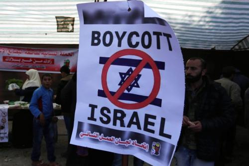 Palestinos realizam uma feira de produtos nacionais e reivindicam boicote a mercadorias da ocupação israelense, na Cidade de Gaza, 3 de dezembro de 2018 [Ashraf Amra/Monitor do Oriente Médio]