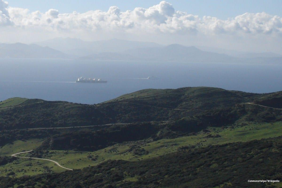 Uma vista através do Estreito de Gibraltar tirada das colinas acima de Tarifa, Espanha com Marrocos do outro lado, 7 de dezembro 2016 [CommonsHelper / Wikipedia]