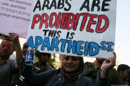 Palestinos participam de manifestação contra o apartheid na cidade de Hebron, na Cisjordânia, em 14 de setembro de 2012. [Mamoun Wazwaz/Apaimages]