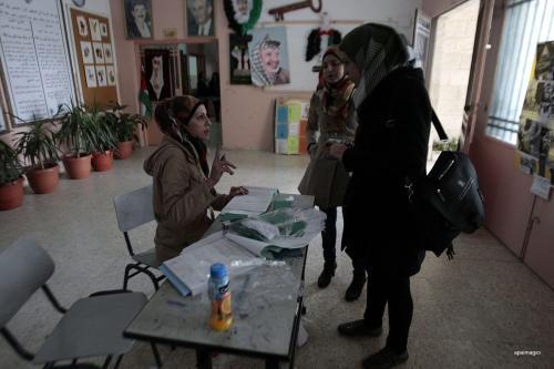 Palestinos atualizam seus dados pessoais em um centro da comissão eleitoral palestina [apaimages]