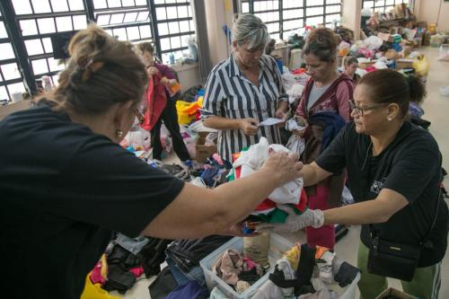 Ao menos 50 voluntários trabalham diariamente somente na triagem de roupas doadas no ginásio Tesourinha. Em 19 de novembro de 2021, Porto Alegre, RS | [Caroline Ferraz/Sul21]