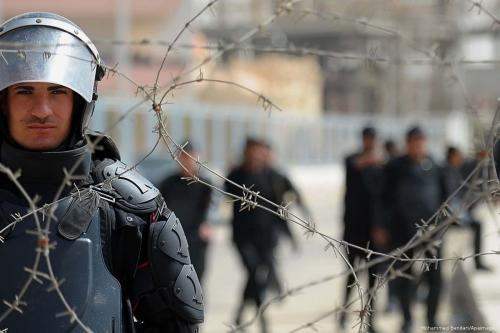 Forças de segurança do Egito montam guarda em frente a uma prisão no país, em 4 de abril de 2015 [Mohammed Bendari/Apaimages]