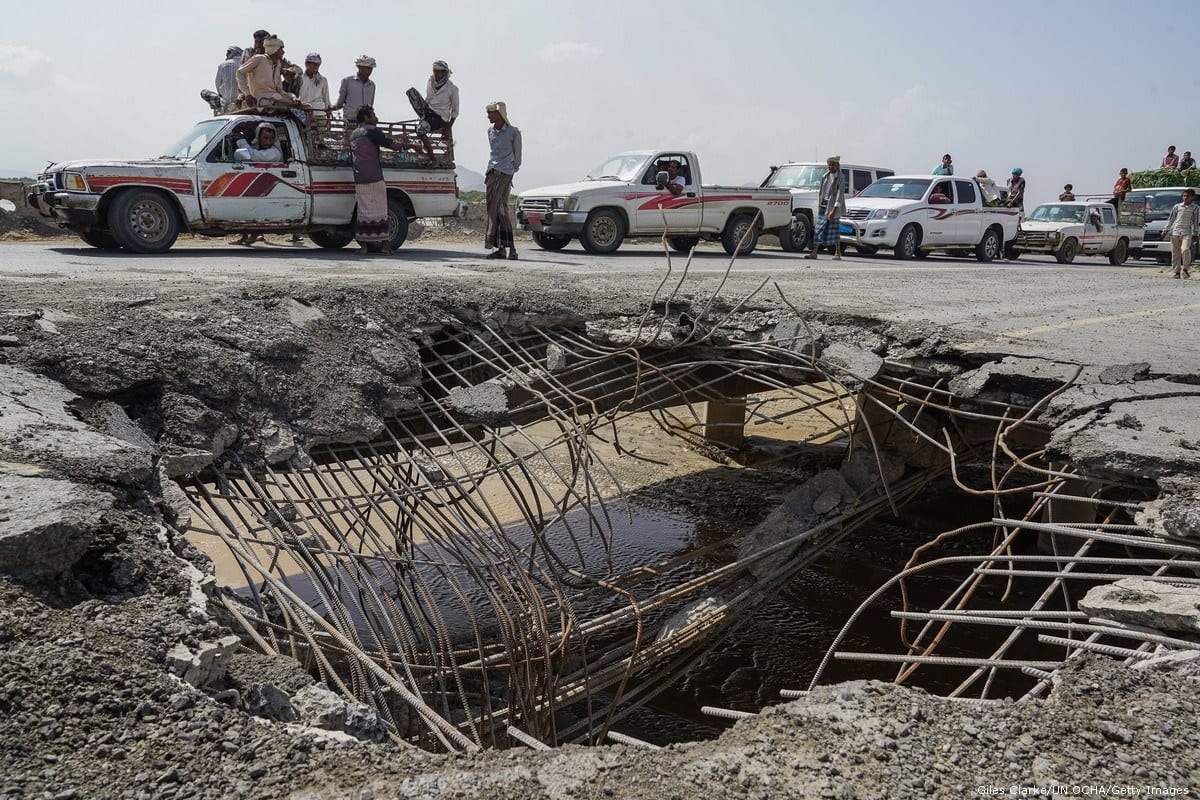 Carros e caminhonetes aguardam em fila para atravessar uma ponte danificada por um ataque aéreo em Hudaydah, Iêmen, 6 de maio de 2016 [Giles Clarke/UNOCHA/Getty Images]