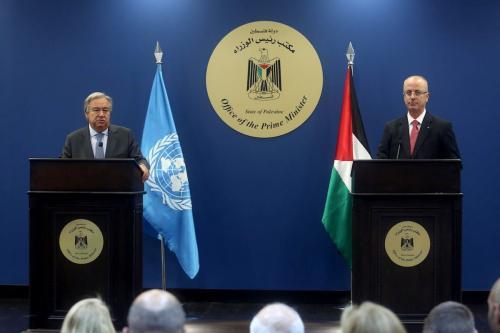 Secretário-Geral da ONU António Guterres em coletiva de imprensa com o Primeiro-Ministro da Autoridade Palestina Rami Hamdallah, em Ramallah, Cisjordânia ocupada, 29 de agosto de 2017 [Issam Rimawi/Agência Anadolu]