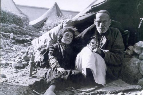 Um palestino idoso e uma criança podem ser vistos durante a Nakba [Hanini / Wikipedia]
