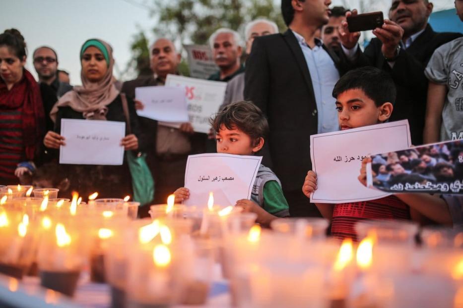 Palestinos acendem velas em memória dos mortos pelas forças israelenses durante um protesto para marcar o 70º aniversário da Nakba na Cidade de Gaza, Gaza em 16 de maio de 2018 [Mustafa Hassona / Agência Anadolu]