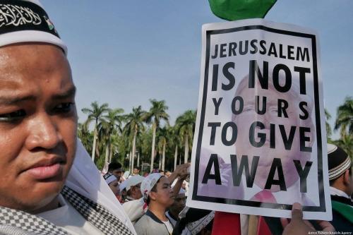 Cidadãos indonésios protestam contra a decisão do Presidente dos Estados Unidos Donald Trump de transferir a embaixada americana de Tel Aviv a Jerusalém [Anton Raharjo/Agência Anadolu]
