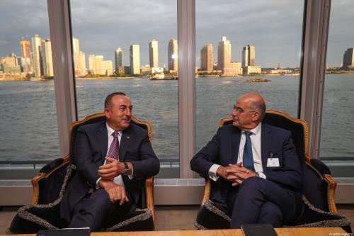 Ministro de Relações Exteriores da Turquia Mevlut Cavusoglu (à esquerda) encontra-se com sua contraparte grega, Nikos Dendias, em Nova Iorque, Estados Unidos, 26 de setembro de 2019 [Cem Özdel/Agência Anadolu]