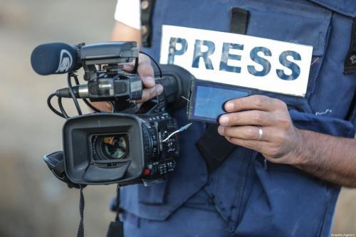 Muhammed Dahlan, fotojornalista e cinegrafista da agência Anadolu segura sua câmera danificada, atingida por uma bala de borracha por soldados israelenses, durante protestos perto da fronteira entre a Faixa de Gaza e Israel, na Cidade de Gaza, 18 de outubro de 2019 [Ali Jadallah/Agência Anadolu]