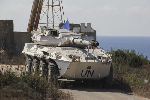 Veículo militar das tropas de paz da Força Interina das Nações Unidas no Líbano (UNIFIL) monta guarda à espera de uma delegação israelo-libanesa, na região de fronteira de Naqoura, em 14 de outubro de 2020 [Ali Abdo/Agência Anadolu]