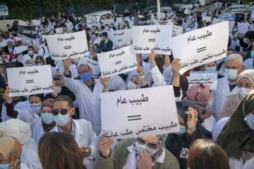 Médicos tunisianos protestam contra o decreto n°341 do governo, que impõe novas condições à obtenção de diplomas de medicina, em seu quarto dia de greve, em Túnis, Tunísia, 1° de dezembro de 2020 [Yassine Gaidi/Agência Anadolu]