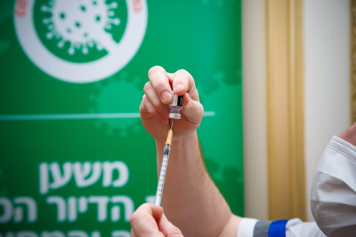 Enfermeiro no asilo Mishan Efal em Tel Aviv, Israel, 13 de janeiro de 2021 [Nir Keidar/Agência Anadolu]