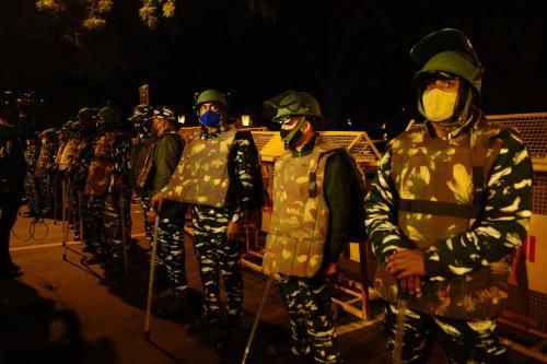 Tropas paramilitares indianas montam guarda no local de uma explosão de IED de baixa intensidade perto da embaixada israelense em Nova Delhi, Índia, em 29 de janeiro de 2021. [Imtiyaz Khan/Agência Anadolu]