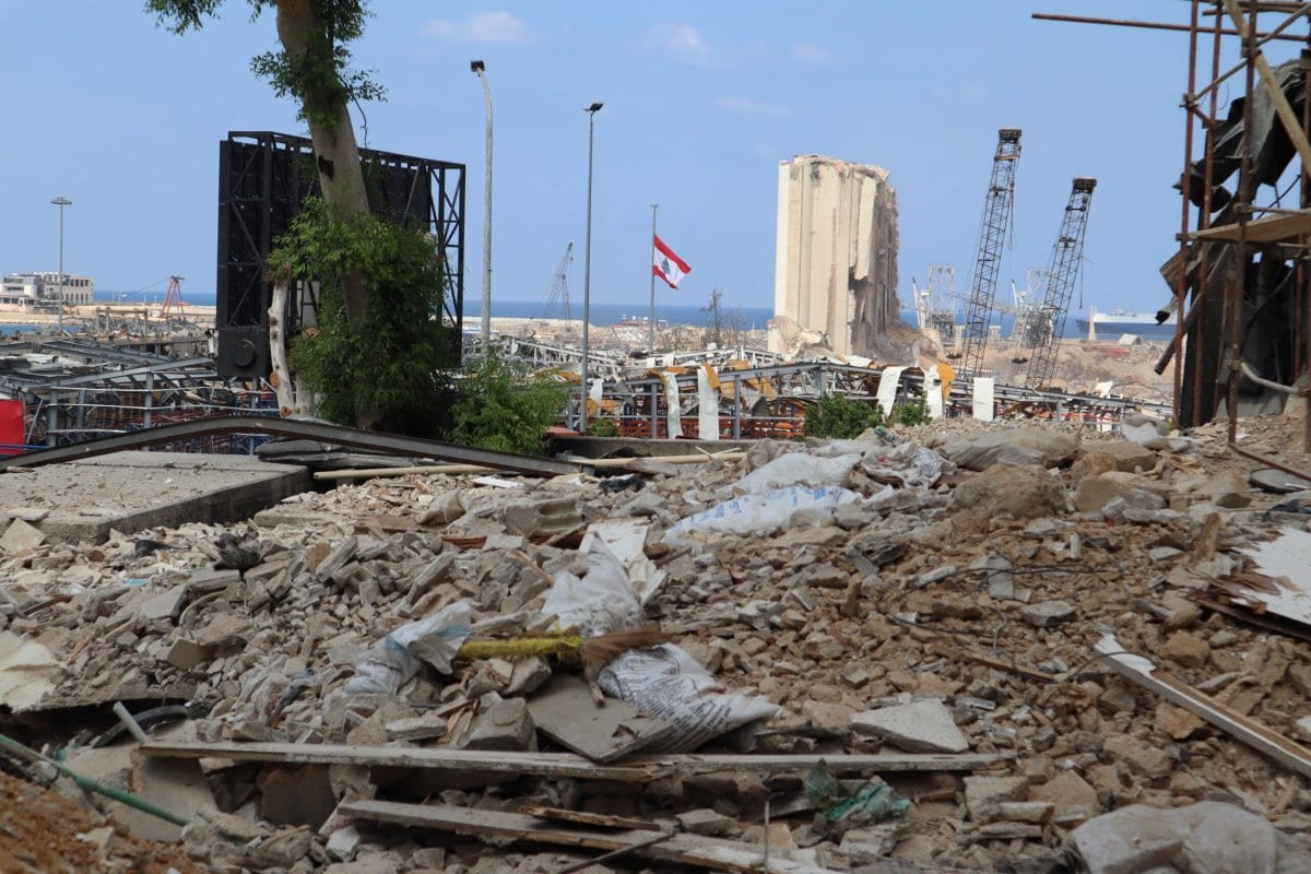 Uma vista do porto de Beirute após a explosão que abalou a capital libanesa em 4 de agosto de 2020, tirada em 23 de setembro de 2020. [Charline Bou Mansour/Monitor do Oriente Médio]