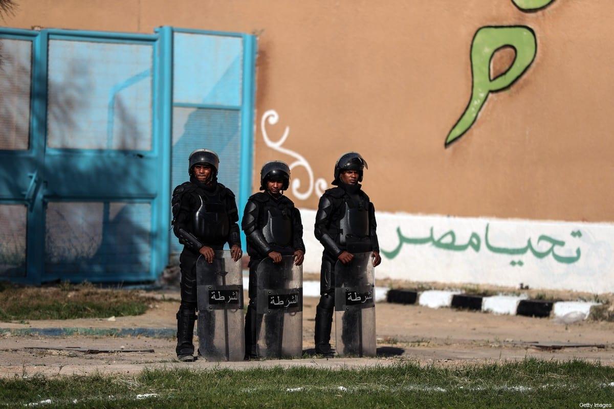 Policiais montando guarda na prisão de Borg el-Arab perto da cidade egípcia de Alexandria, em 20 de novembro de 2019. [Mohamed El-Shahed/AFP via Getty Images]