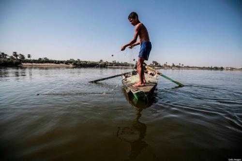 Jovem pescador egípcio puxa sua rede no Rio Nilo, ao sul da capital egípcia Cairo , em 13 de novembro de 2019 [Khaled Desouki/ AFP / Getty Images]