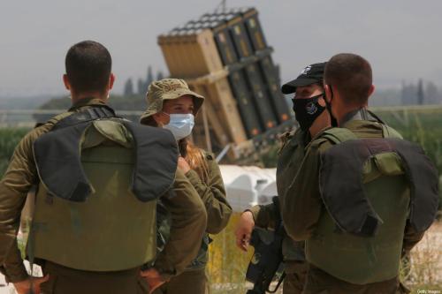 Soldados Israelenses em frente a uma bateria do sistema de defesa Domo de Ferro em 27 de julho de 2020 [JALAA MAREY/AFP/Getty Images]