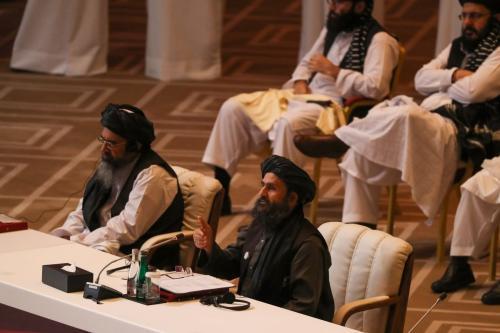 Mulá Abdul Ghadi Baradar, cofundador do Talibã, discursa na sessão de abertura das conversas de paz entre seu grupo e o governo afegão, em Doha, capital do Catar, 12 de setembro de 2020 [Karim Jaafar/AFP/Getty Images]