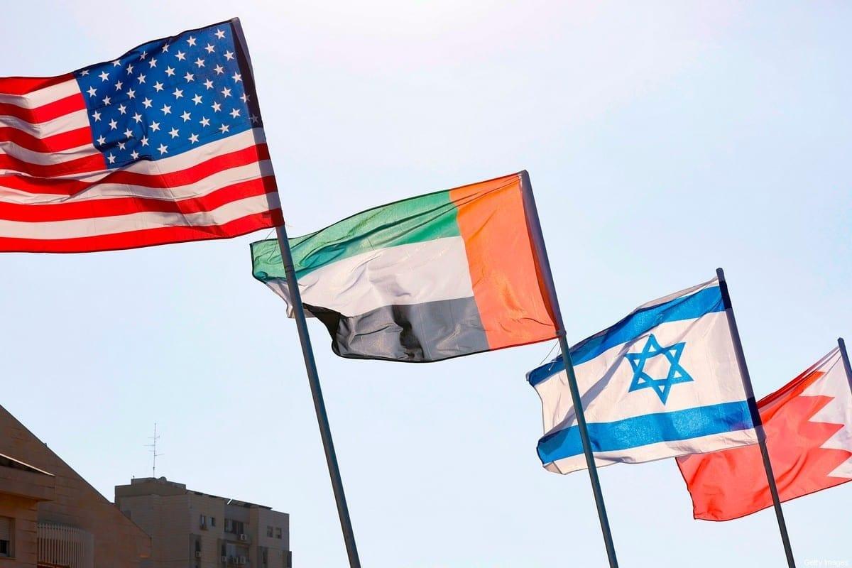 Uma estrada é decorada com as bandeiras dos EUA, Emirados Árabes Unidos, Israel e Bahrein, na cidade turística de Netanya, no centro de Israel, em 13 de setembro de 2020. [Jack Guez/AFP via Getty Images]