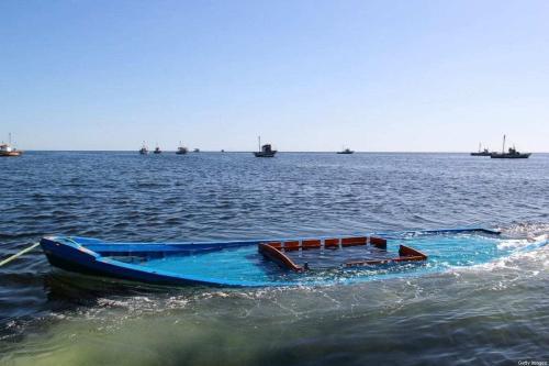 Uma foto tirada em 13 de outubro de 2020 mostra um barco que transportava 29 pessoas e naufragou na costa da Tunísia, sendo rebocado próximo à cidade costeira tunisiana de Amra. [Houssem Zouari/AFP via Getty Images]