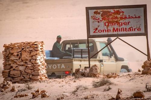 Um veículo das forças armadas reais marroquinas é visto no lado marroquino no ponto de passagem da fronteira entre Marrocos e Mauritânia, em Guerguerat, no Saara Ocidenta, em 25 de novembro de 2020. [Fadel Senna/AFP via Getty Images]