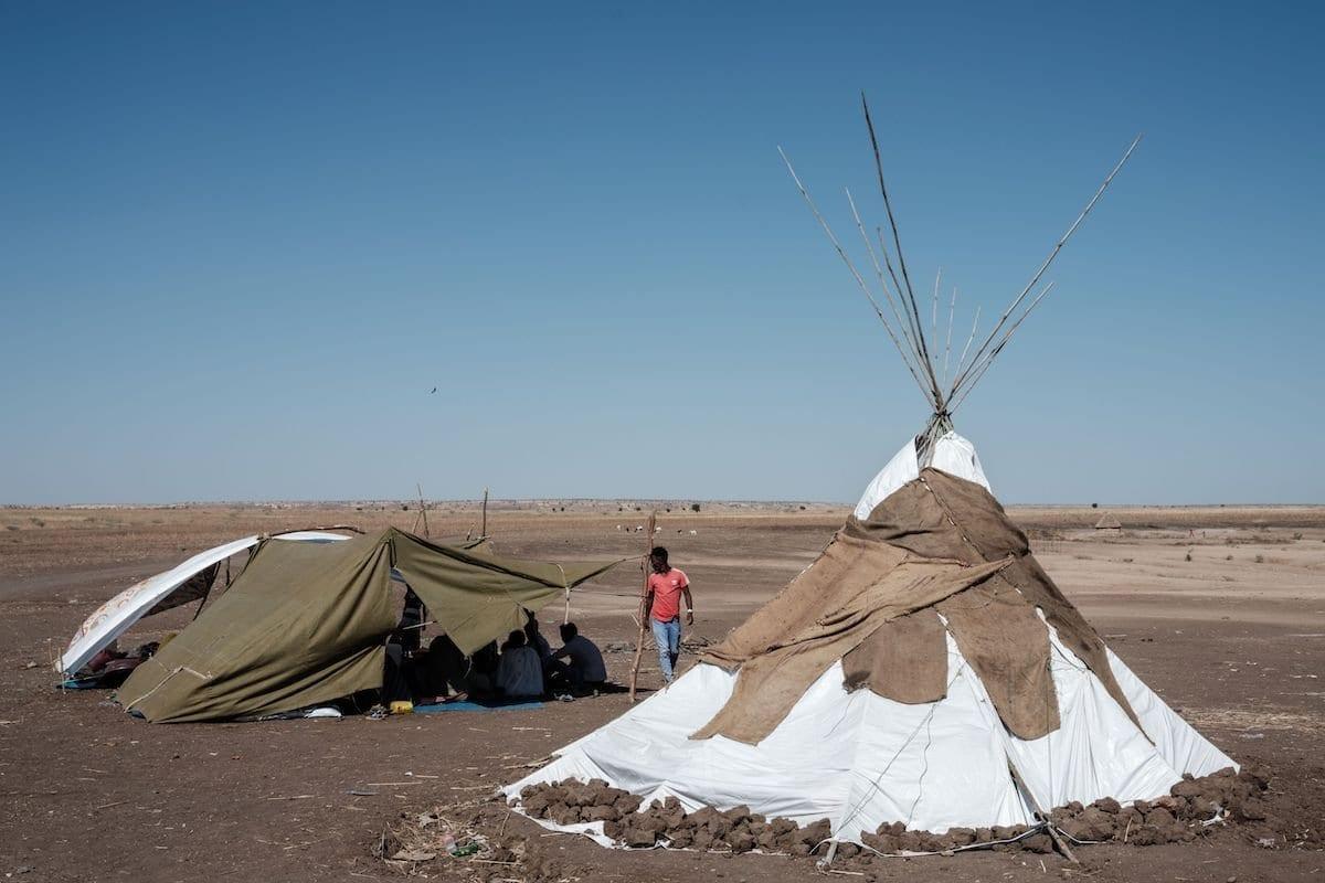 Refugiados etíopes que fugiram do conflito de Tigray descansam em um abrigo improvisado no Centro de Recepção de Fronteiras em Hamdayet, leste do Sudão, em 8 de dezembro de 2020 [YASUYOSHI CHIBA/AFP via Getty Images]