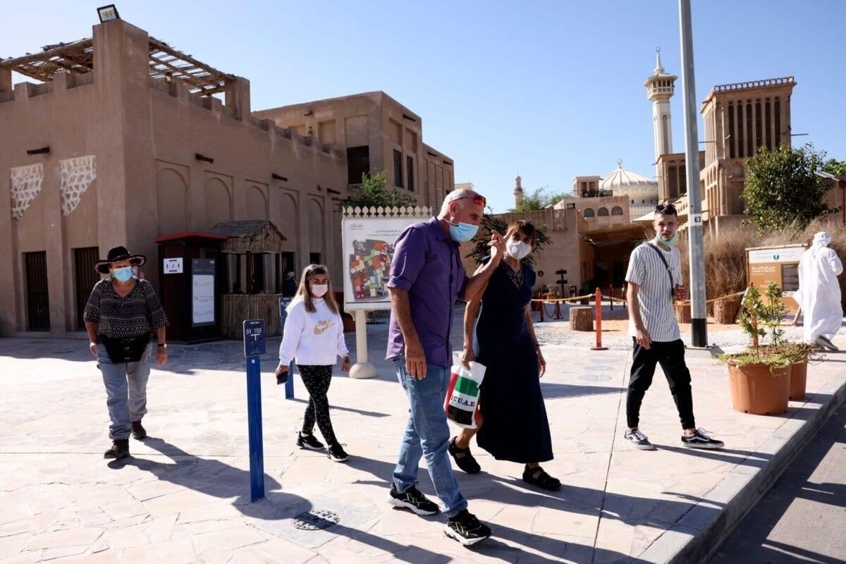 Turistas israelenses, usando máscaras devido à pandemia da covid-19, visitam o bairro histórico de al-Fahidi em Dubai, em 11 de janeiro de 2021. [Karim Sahib/AFP via Getty Images]