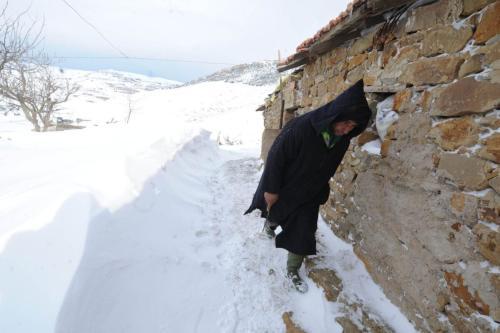 Um homem caminha ao longo de uma trilha após uma forte nevasca na aldeia de Medea, 100 km ao sul de Argel, em 14 de fevereiro de 2012 [Farouk Batiche/ AFP via Getty Images]