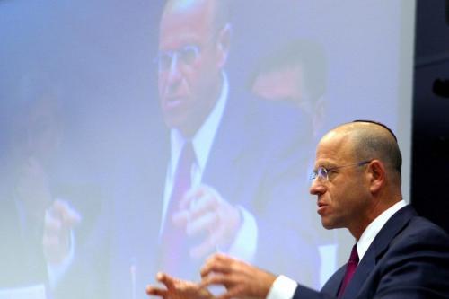 """O deputado e ex-presidente do Knesset, Avraham Burg, faz um discurso sobre """"a Europa, contra o antissemitismo por uma União da diversidade"""" em 19 de fevereiro de 2004 na sede da UE em Bruxelas. [Thierry Monasse/ AFP via Getty Images]"""