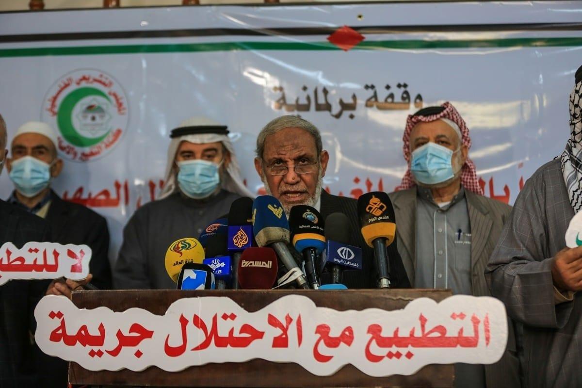 Mahmoud al-Zahar (centro), figura de liderança do Hamas, na Cidade de Gaza, em 13 de dezembro de 2020 [Ali Jadallah/Agência Anadolu]
