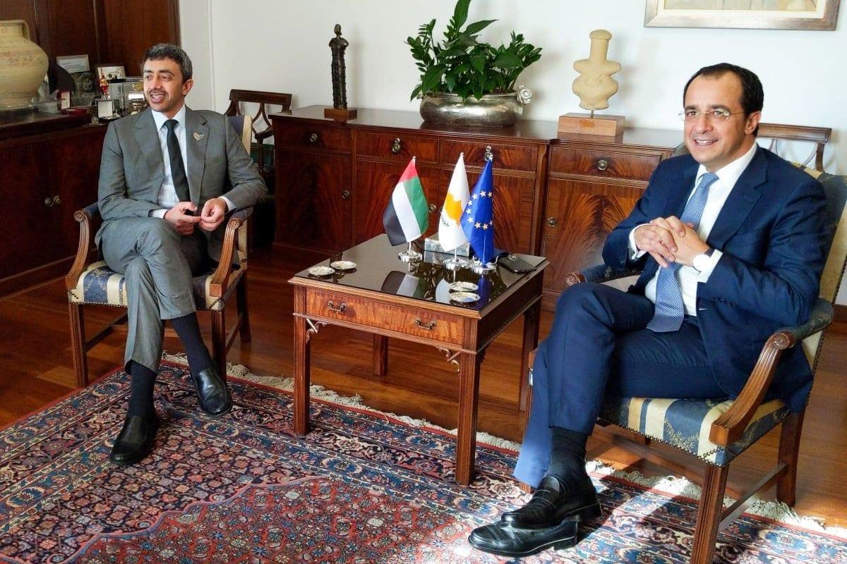 Ministro de Relações Exteriores do Chipre Nikos Christodoulides (à direita) encontra-se com sua contraparte emiradense Abdullah bin Zayed al-Nahyan, na capital cipriota Nicósia, em 1° de outubro de 2020 [Etienne Torbey/AFP/Getty Images]